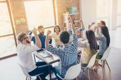 Éxito y concepto del trabajo del equipo Equipo de socios comerciales con ra Foto de archivo libre de regalías