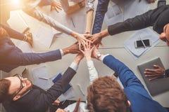 Éxito y concepto que gana - equipo feliz del negocio que celebra la victoria en oficina imagenes de archivo