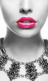 ênfase A cara de mulher preta & branca com bordos cor-de-rosa imagem de stock royalty free