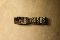 ÊNFASE - close-up vintage sujo da palavra typeset no contexto do metal Foto de Stock Royalty Free