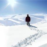 Être humain sur la montagne, l'hiver Images stock