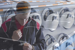 Être pilote de kart de double exposition prêt photo stock