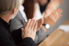 Être présent de applaudissement de mains d'homme d'affaires aux cheveux gris supérieur conferen images libres de droits
