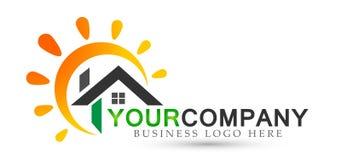 Ícone abstrato do logotipo da casa da empresa da casa do sol dos bens imobiliários no fundo branco ilustração do vetor