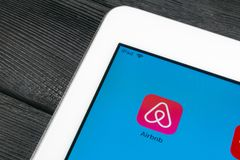 Ícone da aplicação de Airbnb close-up da tela do iPad de Apple no pro Ícone de Airbnb app Airbnb COM é Web site em linha para sal Foto de Stock Royalty Free