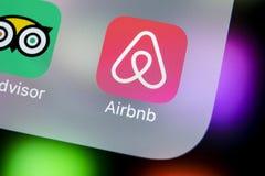 Ícone da aplicação de Airbnb no close-up da tela do iPhone X de Apple Ícone de Airbnb app Airbnb COM é Web site em linha para sal Fotos de Stock Royalty Free