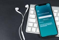 Ícone da aplicação de Airbnb no close-up da tela do iPhone X de Apple Ícone de Airbnb app Airbnb COM é Web site em linha para sal Fotos de Stock