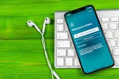 Ícone da aplicação de Airbnb no close-up da tela do iPhone X de Apple Ícone de Airbnb app Airbnb COM é Web site em linha para sal Imagem de Stock