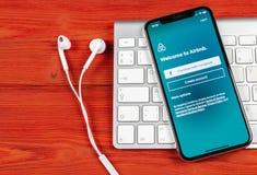 Ícone da aplicação de Airbnb no close-up da tela do iPhone X de Apple Ícone de Airbnb app Airbnb COM é Web site em linha para sal Fotografia de Stock Royalty Free
