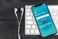 Ícone da aplicação de Airbnb no close-up da tela do iPhone X de Apple Ícone de Airbnb app Airbnb COM é Web site em linha para sal Imagens de Stock