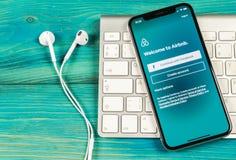 Ícone da aplicação de Airbnb no close-up da tela do iPhone X de Apple Ícone de Airbnb app Airbnb COM é Web site em linha para sal Imagens de Stock Royalty Free