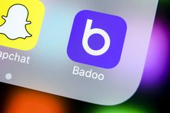Ícone da aplicação de Badoo no close-up da tela do iPhone X de Apple Ícone de Badoo app Badoo é uma rede social em linha dos meio Imagens de Stock