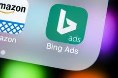 Ícone da aplicação de Bing no close-up da tela do iPhone X de Apple Ícone do app dos anúncios de Bing Os anúncios de Bing são apl Imagens de Stock