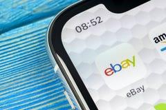 ícone da aplicação de eBay no close-up da tela do iPhone X de Apple ícone de eBay app eBay COM é os Web site em linha os maiores  Imagens de Stock Royalty Free