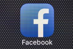 Ícone da aplicação de Facebook no close-up da tela do smartphone do iPhone 8 de Apple Ícone de Facebook app Facebook é o Internet Foto de Stock