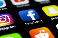 Ícone da aplicação de Facebook no close-up da tela do smartphone do iPhone X de Apple Ícone de Facebook app Ícone social dos meio Foto de Stock