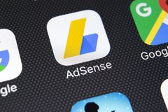 Ícone da aplicação de Google AdSense no close-up da tela do iPhone X de Apple Ícone de Google AdSense app Aplicação de Google AdS fotografia de stock