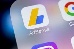 Ícone da aplicação de Google AdSense no close-up da tela do iPhone X de Apple Ícone de Google AdSense app Aplicação de Google AdS fotos de stock royalty free