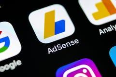 Ícone da aplicação de Google AdSense no close-up da tela do iPhone X de Apple Ícone de Google AdSense app Aplicação de Google AdS foto de stock royalty free