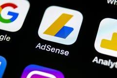 Ícone da aplicação de Google AdSense no close-up da tela do iPhone X de Apple Ícone de Google AdSense app Aplicação de Google AdS imagem de stock