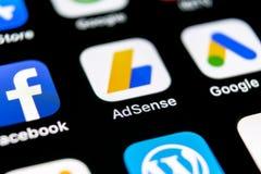 Ícone da aplicação de Google AdSense no close-up da tela do iPhone X de Apple Ícone de Google AdSense app Aplicação de Google AdS imagens de stock
