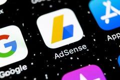 Ícone da aplicação de Google AdSense no close-up da tela do iPhone X de Apple Ícone de Google AdSense app Aplicação de Google AdS foto de stock