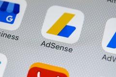 Ícone da aplicação de Google AdSense no close-up da tela do iPhone X de Apple Ícone de Google AdSense app Aplicação de Google AdS fotos de stock