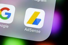 Ícone da aplicação de Google AdSense no close-up da tela do iPhone X de Apple Ícone de Google AdSense app Aplicação de Google AdS fotografia de stock royalty free