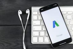 Ícone da aplicação de Google Adwords no close-up da tela do iPhone X de Apple O anúncio de Google exprime o ícone Aplicação de Go imagens de stock