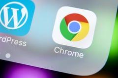 Ícone da aplicação de Google Chrome no close-up da tela do iPhone X de Apple Ícone de Google Chrome app Aplicação de Google Chrom Fotos de Stock