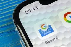Ícone da aplicação de Google Gboard no close-up da tela do smartphone do iPhone X de Apple Ícone do app do gboard de Google Rede  Imagem de Stock Royalty Free