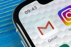 Ícone da aplicação de Google Gmail no close-up da tela do smartphone do iPhone X de Apple Ícone de Gmail app Gmail é o Internet p Imagens de Stock
