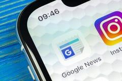Ícone da aplicação de Google News no close-up da tela do smartphone do iPhone X de Apple Ícone de Google News app Rede social Íco Imagem de Stock Royalty Free