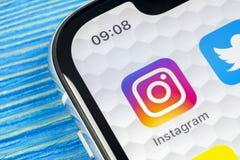 Ícone da aplicação de Instagram no close-up da tela do smartphone do iPhone X de Apple Ícone de Instagram app Ícone social dos me Imagens de Stock