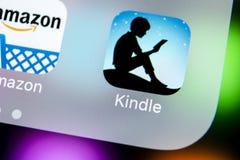 Ícone da aplicação de Kindle das Amazonas no close-up da tela do iPhone X de Apple Ícone de Kindle app das Amazonas As Amazonas i Imagens de Stock