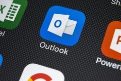 Ícone da aplicação de Microsoft Outlook no close-up da tela do iPhone X de Apple Ícone de Microsoft Outlook app Aplicação de Micr imagem de stock royalty free