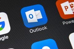 Ícone da aplicação de Microsoft Outlook no close-up da tela do iPhone X de Apple Ícone de Microsoft Outlook app Aplicação de Micr fotografia de stock royalty free