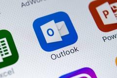 Ícone da aplicação de Microsoft Outlook no close-up da tela do iPhone X de Apple Ícone de Microsoft Outlook app Aplicação de Micr foto de stock royalty free