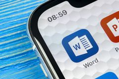 Ícone da aplicação de Microsoft Word no close-up da tela do iPhone X de Apple Ícone da palavra do Microsoft Office Microsoft Offi Foto de Stock