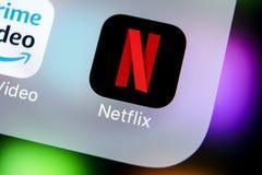 Ícone da aplicação de Netflix no close-up da tela do iPhone X de Apple Ícone de Netflix app Aplicação de Netflix Rede social dos  Imagens de Stock