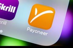 Ícone da aplicação de Payoneer no close-up da tela do smartphone do iPhone X de Apple Ícone de Payoneer app Payoneer é um financ  Fotos de Stock Royalty Free