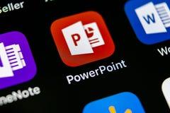 Ícone da aplicação de PowerPoint do Microsoft Office no close-up da tela do iPhone X de Apple Ícone de PowerPoint app Applica de  Imagem de Stock Royalty Free