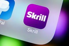 Ícone da aplicação de Skrill no close-up da tela do smartphone do iPhone X de Apple Ícone de Skrill app Skrill é um paym eletrôni Imagem de Stock