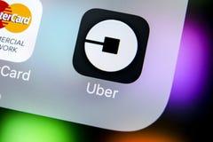 Ícone da aplicação de Uber no close-up da tela do iPhone X de Apple Ícone de Uber app Uber é transporte do carro do táxi Fotos de Stock Royalty Free