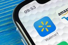 Ícone da aplicação de Walmart no close-up da tela do iPhone X de Apple Ícone de Walmart app Walmart COM é multinacional vendendo  Imagem de Stock Royalty Free