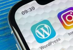 Ícone da aplicação de Wordpress no close-up da tela do iPhone X de Apple Ícone de Wordpress app wordpress aplicação de COM Rede s Fotos de Stock