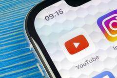 Ícone da aplicação de YouTube no close-up da tela do smartphone do iPhone X de Apple Ícone de Youtube app Ícone social dos meios  Foto de Stock