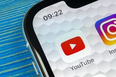 Ícone da aplicação de YouTube no close-up da tela do smartphone do iPhone X de Apple Ícone de Youtube app Ícone social dos meios  Imagens de Stock Royalty Free