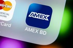 Ícone da aplicação do Amex no close-up da tela do smartphone do iPhone X de Apple Ícone do app do American Express O Amex é um fi Imagens de Stock Royalty Free
