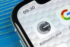 Ícone da aplicação do autenticador de Google no close-up da tela do smartphone do iPhone X de Apple Ícone do app do autenticador  Fotografia de Stock